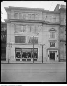 West wing of the Adelaide Courthouse in 1922, shortly after its conversion into a gas appliance salesroom. City of Toronto Archives, Fonds 1034, Item 815.