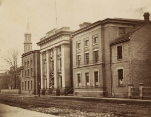 The York County Courthouse with its east and west wings in 1867. Picture by Octavius Thompson. Courtesy of Toronto Public Library, Baldwin Collection.